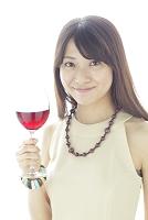 ワインを手にパーティーを楽しむ若い女性