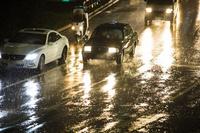 雨の中を走る自動車