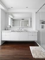 白いモダンなバスルーム