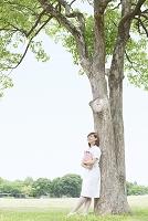 木の下に立つ看護師