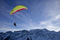 スイス パラグライダーと岩山