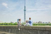 東京スカイツリーを観光する外国人
