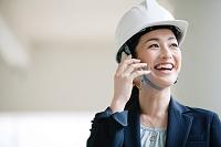 建設現場で電話をするビジネスウーマン