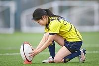 ゴールキックをする女子ラグビー選手