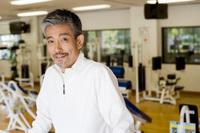 トレーニングする中高年日本人男性