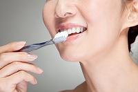 歯磨きをする中高年女性