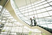 階段で話す外国人ビジネスパーソン