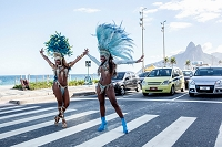 ブラジル 横断歩道で踊るサンバダンサー