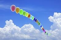 青空に並んで浮かぶ風船