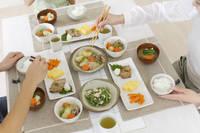和食を食べる日本人家族の手元