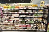 スーパー - 種類の豊富な陳列棚:野菜ジュース