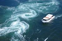 鳴門海峡の渦潮と観潮船 徳島県 鳴門市