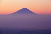 山梨県 八ケ岳富士見平から夜明けの富士山