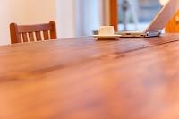 テーブルの上のカップとノートパソコン
