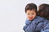 抱き合う日本人の赤ちゃんと女の子