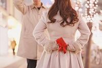 クリスマスプレゼントを渡すカップル