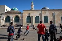 エリトリア 路上でサッカーをする子供
