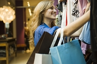 ショッピングをする外国人女性