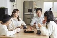 食卓を囲む日本人家族