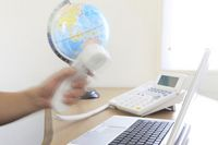 キーボードと電話と地球儀