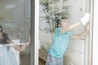 掃除をする日本人の兄弟
