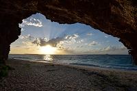 沖縄県 本部町 瀬底島から望む夕日と伊江島