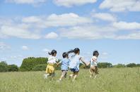 野原を走る子供達