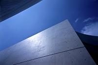 青空とコンクリート建築