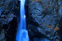 勢いよく流れ落ちる滝