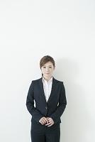 スーツ姿の20代の日本人女性