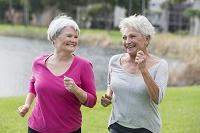 ジョギングするシニア女性