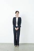 パンツスーツの50代の日本人女性