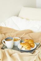 ベッドに置かれた朝食