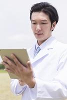 タブレット型pcを操作する医師
