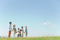 手を繋ぐ3世代日本人家族