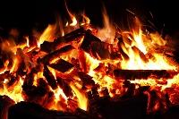 真っ赤な炎に包まれ燃え上がる薪