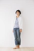 ジーンズを着ている日本人女性