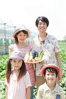 野菜を収穫した家族