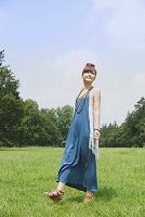 芝とワンピースを着た女性