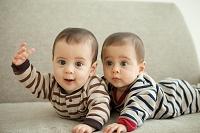 はしゃぐ双子の赤ちゃん
