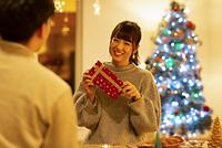 クリスマスプレゼントを渡す日本人カップル