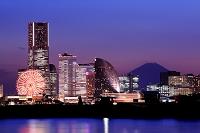 神奈川県 横浜 みなとみらいの高層ビル群と富士山の夜景