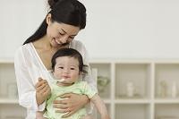 離乳食を食べる赤ちゃんとお世話するお母さん