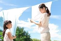 洗濯物を干す日本人親子
