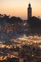 モロッコ マラケシュ ジャマ・エル・フナ広場とクトゥビアの塔
