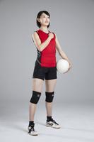 胸に手を当てる女子バレーボール選手
