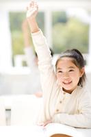 手を挙げている日本人の女の子