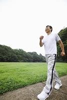 ウォーキングをする中年日本人男性