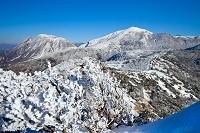 大分県 沓掛山山頂より左の三俣山、右の星生山を望む