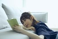 部屋で読書をする日本人女性